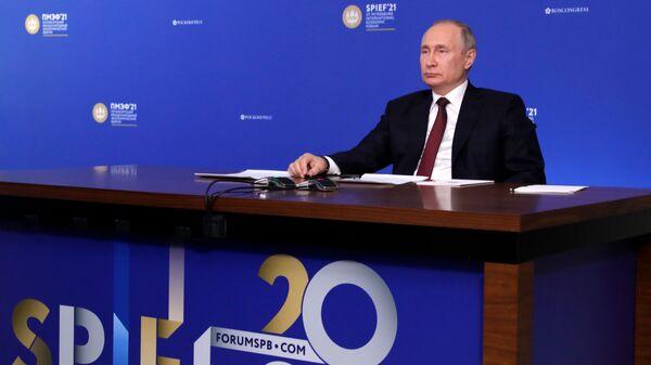 Президент РФ Владимир Путин во время встречи в режиме видеоконференции с экспертным советом РФПИ в рамках Петербургского международного экономического форума - 2021 - Sputnik Česká republika
