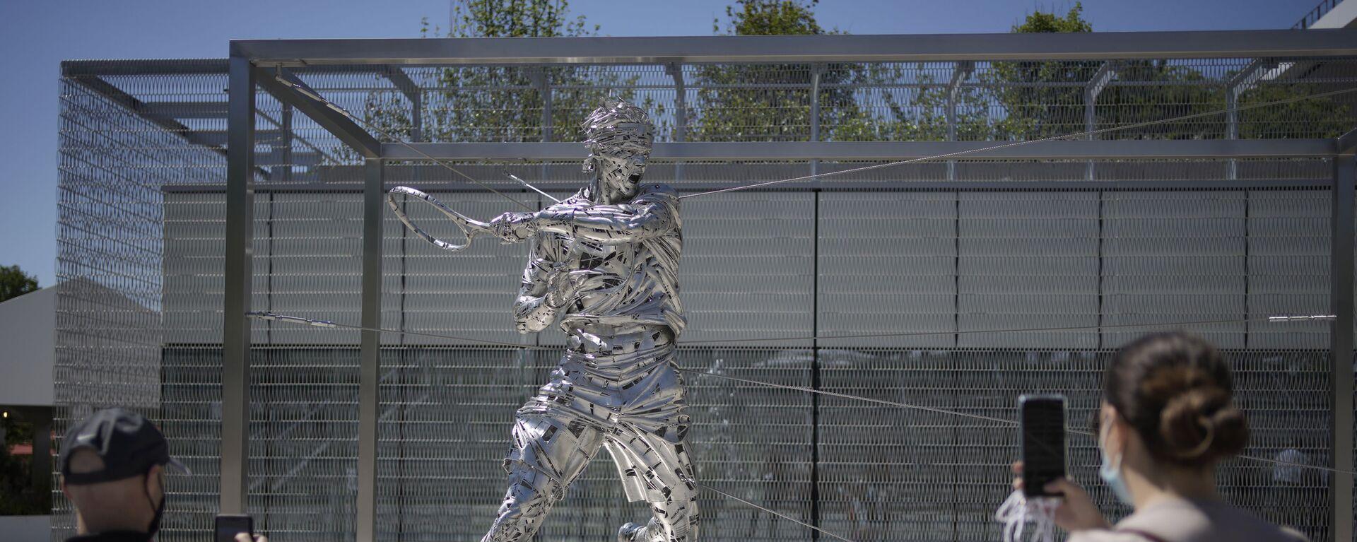 Люди во время фотографирования новой статуи теннисиста Рафаэля Надаля в Париже  - Sputnik Česká republika, 1920, 05.06.2021