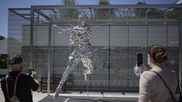 Люди во время фотографирования новой статуи теннисиста Рафаэля Надаля в Париже  - Sputnik Česká republika