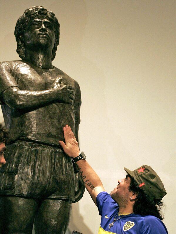 Fotbalová hvězda Diego Maradona se svou sochou v muzeu v Buenos Aires. - Sputnik Česká republika