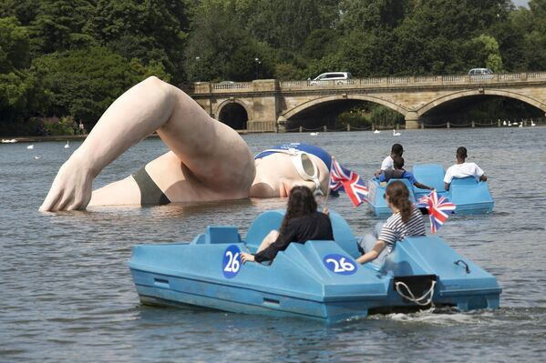 Socha, která předsatvuje britskou plavkyni Rebeccu Edlingtonovou v londýnském Hyde Parku - Sputnik Česká republika