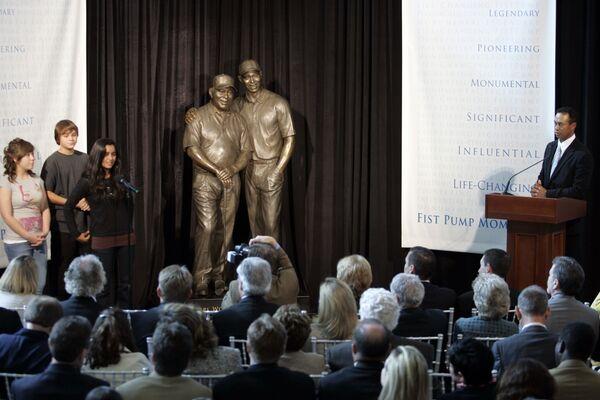 Golfista Tiger Woods během prezentace své sochy a sochy svého otce v Kalifornii - Sputnik Česká republika
