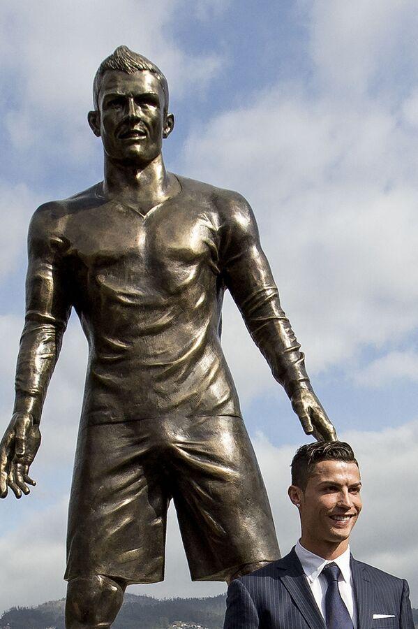 Portugalský fotbalista Cristiano Ronaldo se svou sochou v rodném městě Funchal, Madeira, Portugalsko - Sputnik Česká republika