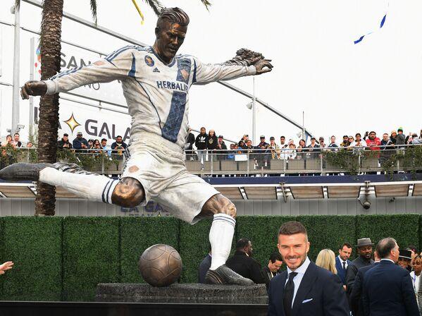 Anglický fotbalista David Beckham se svou novou sochou - Sputnik Česká republika