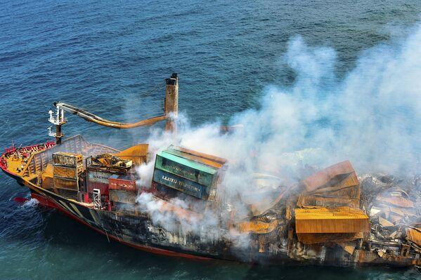 Kouř z kontejnerové lodi MV X-Press Pearl převážející stovky kontejnerů s chemikáliemi a plasty, když byla odtažena od pobřeží Kolomba - Sputnik Česká republika