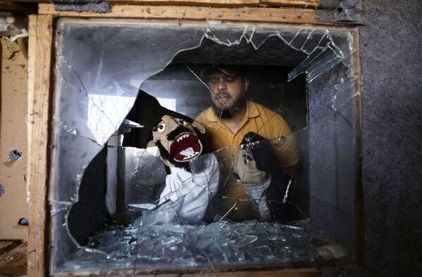 Palestinský komik Mohammed Sajed ukazuje loutky, které zachránil v Gaze - Sputnik Česká republika