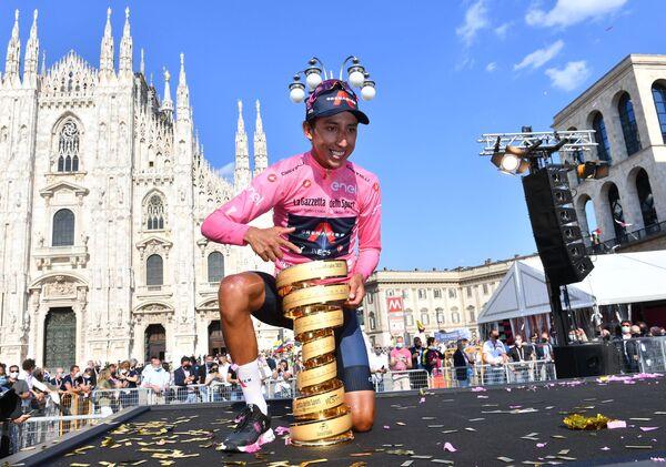 Závodník Egan Arley Bernal Gómez pózuje s trofejí, když slaví vítězství na Giro d'Italia - Sputnik Česká republika
