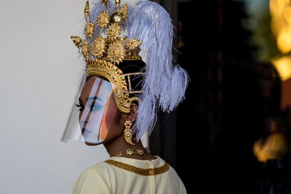 Thajská tanečnice v tradiční pokrývce hlavy a plastovém štítu proti koronaviru - Sputnik Česká republika