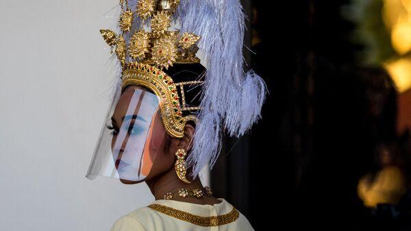 Тайская танцовщица в традиционном головном уборе и пластиковом экране от коронавируса - Sputnik Česká republika