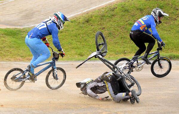 Lotyšský sportovec Kristen Krieger během pádu ve finále BMX Supercross World Cup v Bogotě, Kolumbie - Sputnik Česká republika