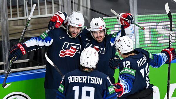 Игроки сборной США радуются заброшенной шайбе в матче за 3-е место чемпионата мира по хоккею 2021  - Sputnik Česká republika