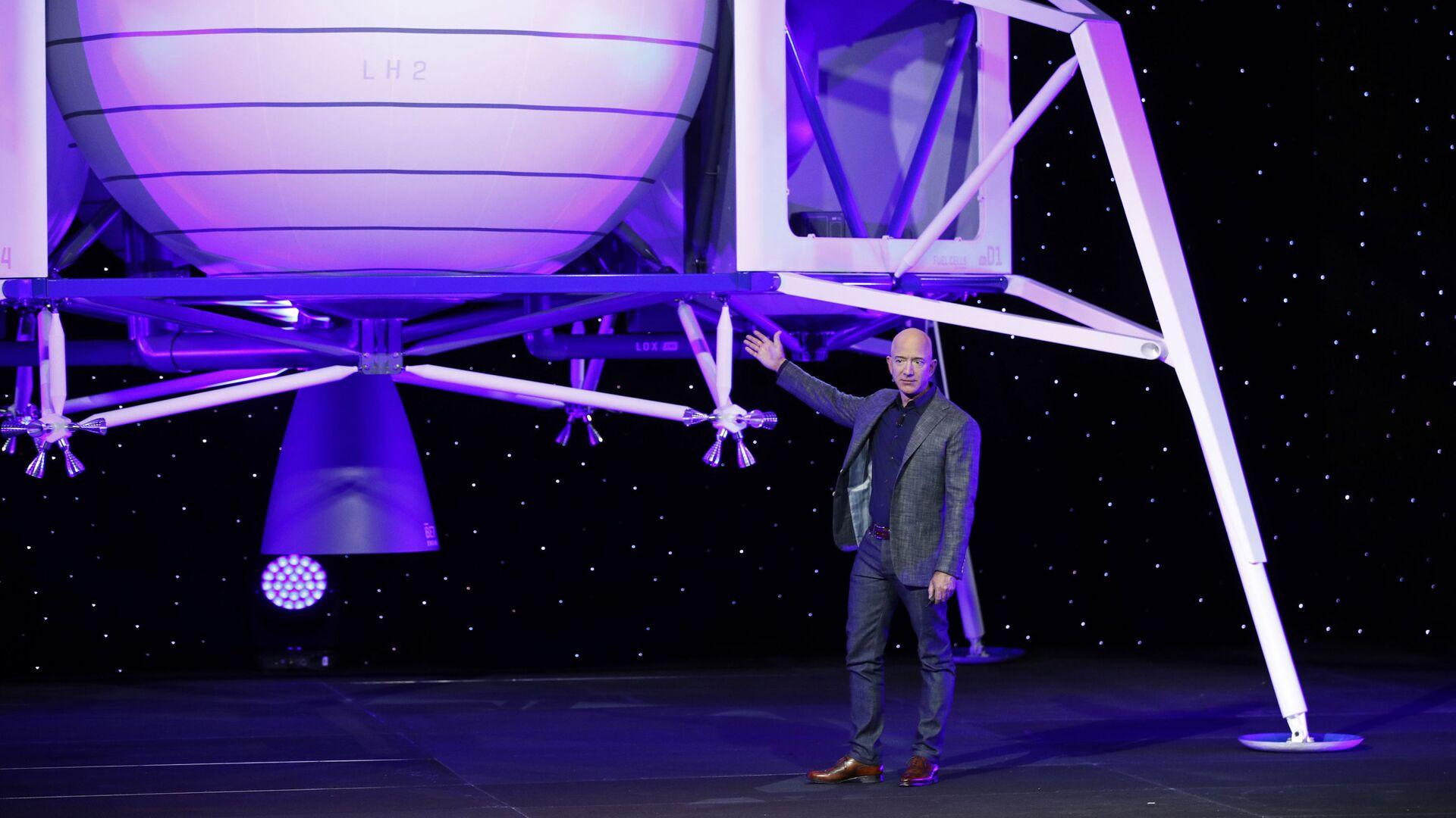 Jeff Bezos stojí před modelem lunárního přistávacího modulu Blue Moon společnosti Blue Origin - Sputnik Česká republika, 1920, 07.06.2021