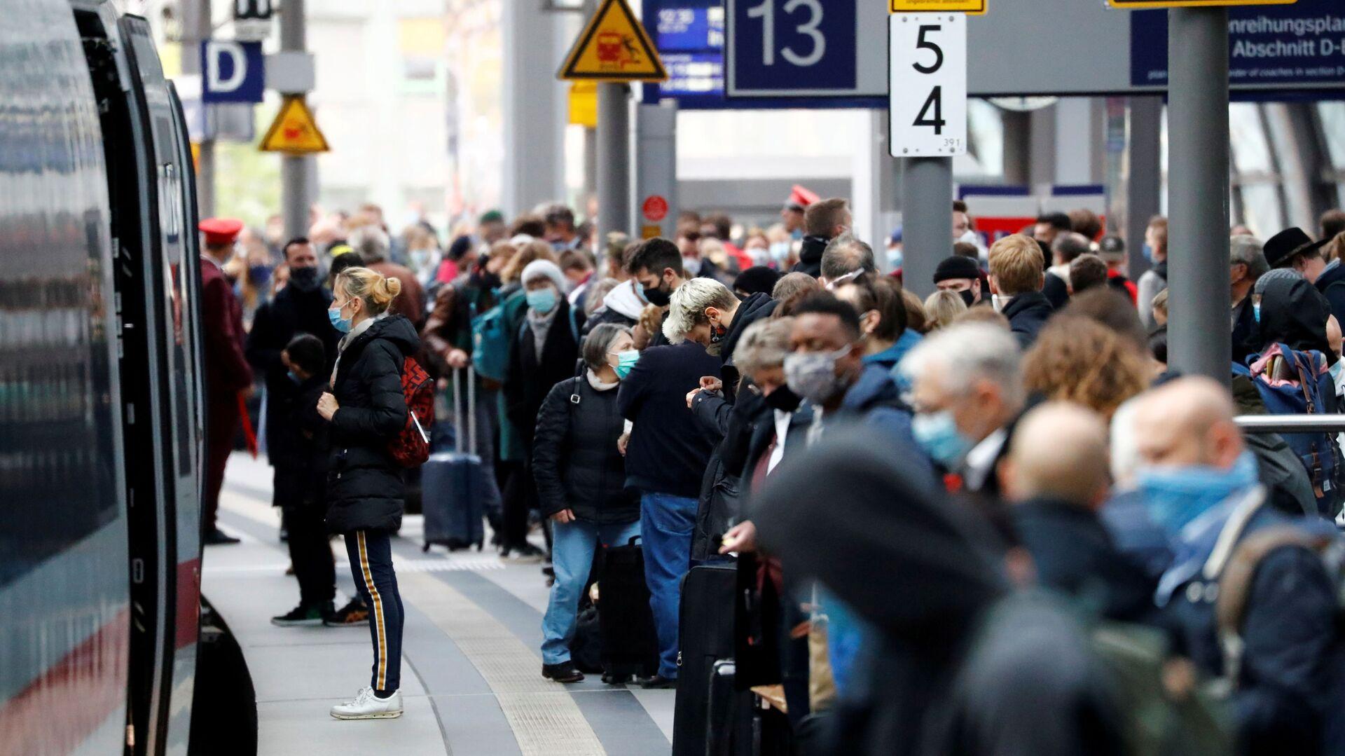 Cestující čekají na nástupišti hlavního vlakového nádraží v Berlíně - Sputnik Česká republika, 1920, 07.06.2021