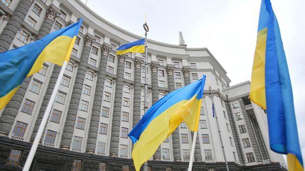 Флаги у здания правительства Украины в Киеве - Sputnik Česká republika