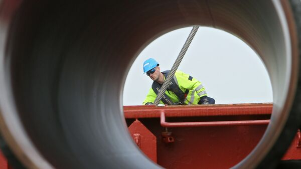 Рабочий подготовливает трубы для строящегося газопровода Северный поток (Nord Stream), Швеция  - Sputnik Česká republika