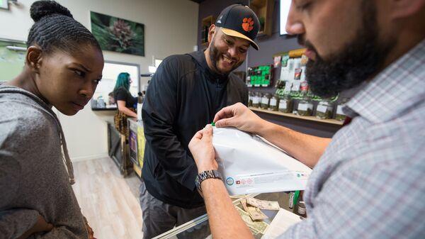 Покупатели марихуаны в рекреационных целях в магазине Green Pearl Organics в Калифорнии - Sputnik Česká republika