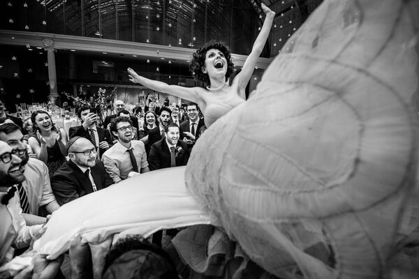 """Fotografie ze židovské svatby, která nese název """"Létající nevěsta"""". Autorem je Soven Amatya. - Sputnik Česká republika"""