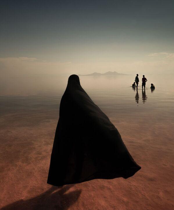 Jezero Urmia, které je největším jezerem na Blízkém východě a šestým největším jezerem se slanou vodou na Zemi. Snímek je pořízen vítězem fotografické soutěže, íránským fotografem Masoudem Mirzaeim. - Sputnik Česká republika