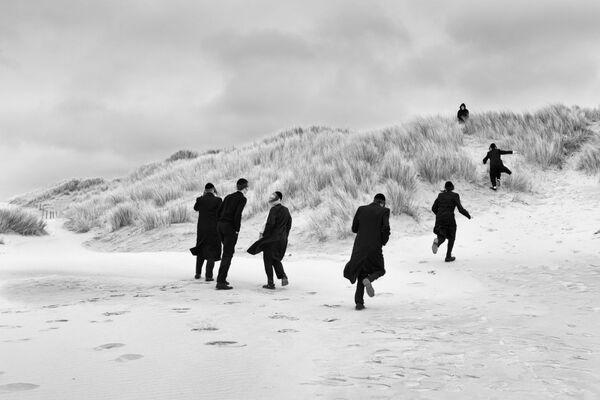 Snímek Ztráta našeho rozumu fotografa Eddy Verloese odráží strach a bezradnost, se kterou se lidé setkali při vypuknutí pandemie koronaviru. - Sputnik Česká republika