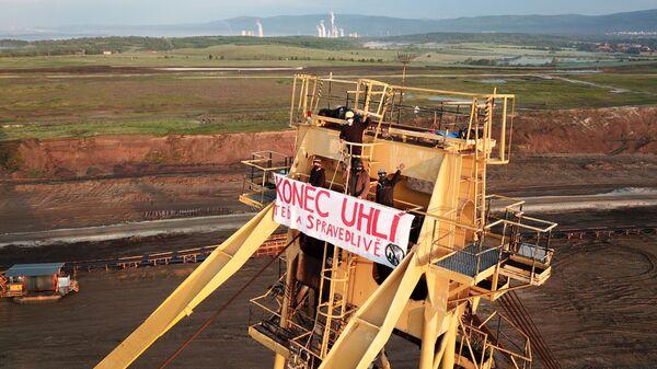 Активистки оккупировали экскаваторы для вскрытия пород в угольных шахтах Билина и Наступ-Тушимице в Чехии - Sputnik Česká republika