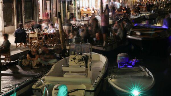 Люди в ресторанах и барах ночью в Венеции - Sputnik Česká republika