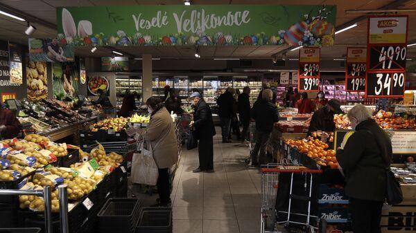 Покупатели в продуктовом магазине в Праге, Чехия - Sputnik Česká republika