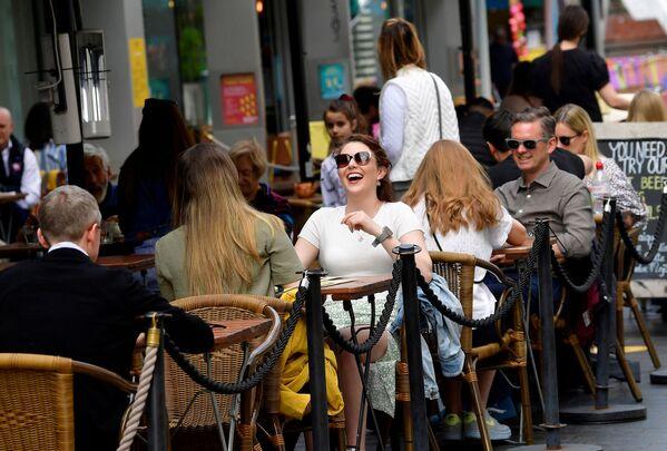 Návštěvníci kavárny na South Bank Street v Londýně ve Velké Británii - Sputnik Česká republika