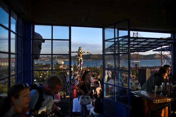 Lidé na střeše restaurace Rio Maravilha v Lx Factory na Rua Rodrigues de Faria v Lisabonu, Portugalsko - Sputnik Česká republika