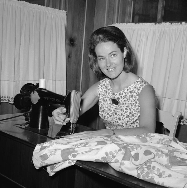 Americká letuška Nancy Wheelock Mayfieldová doma u šicího stroje, 1967 - Sputnik Česká republika