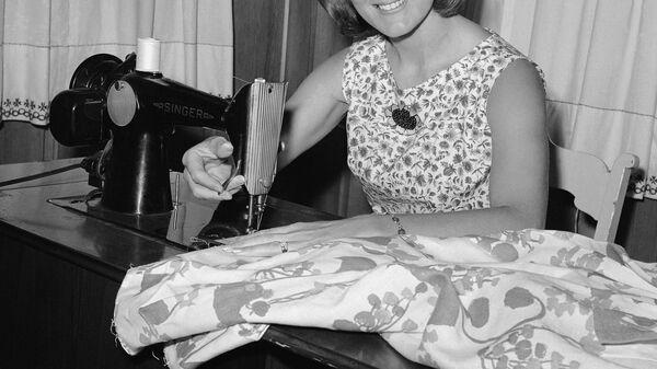 Американская стюардесса Нэнси Уилок Мэйфилд дома за швейной машинкой, 1967 год - Sputnik Česká republika