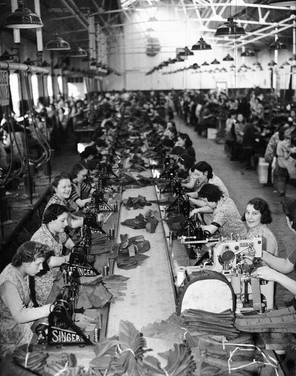 Pracovnice v továrně na výrobu vojenského oblečení, Anglie, 1941 - Sputnik Česká republika