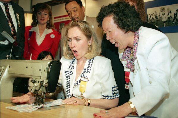 Hillary Clintonová u šicího stroje, 1992 - Sputnik Česká republika