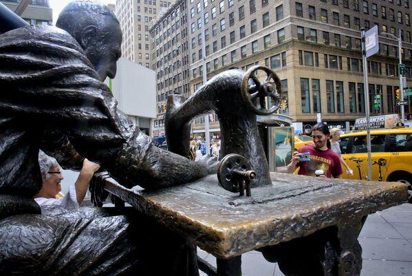 Turisté se fotí u pomníku krejčího v New Yorku - Sputnik Česká republika