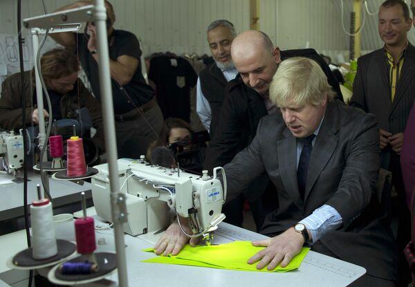 Boris Johnson na návštěvě továrny East End Manufacturing ve východním Londýně - Sputnik Česká republika