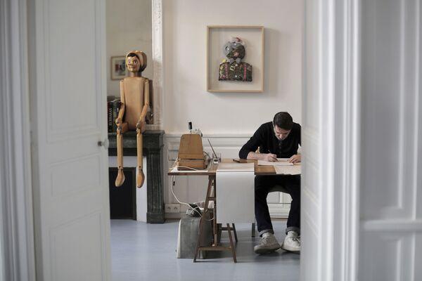 Francouzský módní návrhář Franck Sorbier připravuje kolekci Haute Couture ve svém ateliéru v Paříži - Sputnik Česká republika