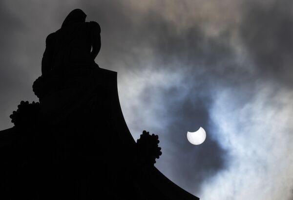 Zatmění Slunce na Trafalgarském náměstí v Londýně - Sputnik Česká republika