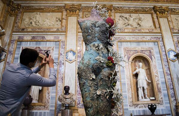Návštěvník pořizuje fotografie díla Grecian Nude od britského umělce Damiena Hirsta v rámci výstavy Archeologie nyní v Galleria Borghese v Římě, 7. června 2021. - Sputnik Česká republika