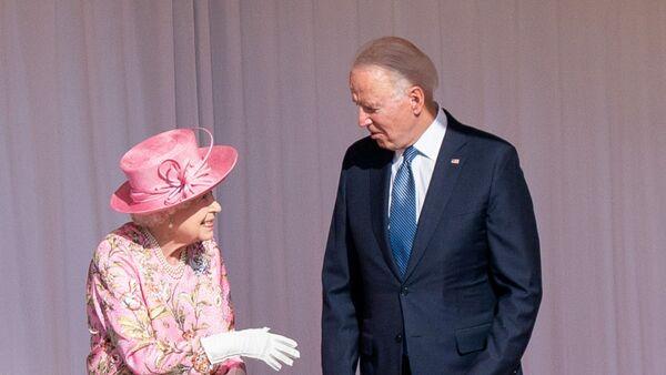 Королева Елизавета II и президент США Джо Байден  - Sputnik Česká republika