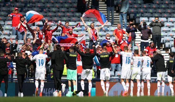 Čeští hráči a fanoušci na EURO 2020 slaví vítězství po zápase se Skotskem - Sputnik Česká republika