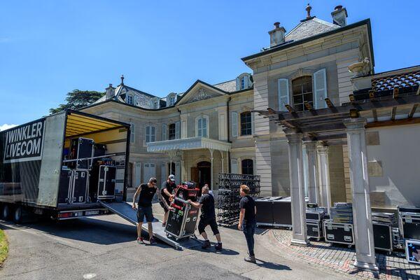 Pracovníci nosí zařízení u vchodu do vily La Grange. - Sputnik Česká republika