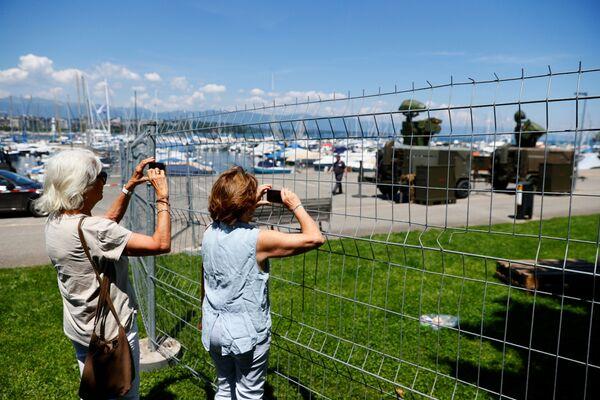 V Ženevě bylo kvůli summitu nasazeno kolem tisíce vojáků, kteří mají pomoci místním policistům s dohledem nad dodržováním pořádku. Armáda bude odpovědná zejména za ochranu zahraničních diplomatických budov a policii rovněž poskytne své vybavení. - Sputnik Česká republika