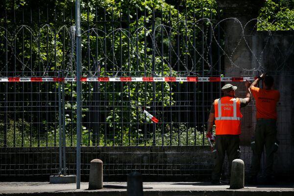 Kovové zábrany s ostnatým drátem zakazující vstup do parku kolem vily La Grange.  - Sputnik Česká republika