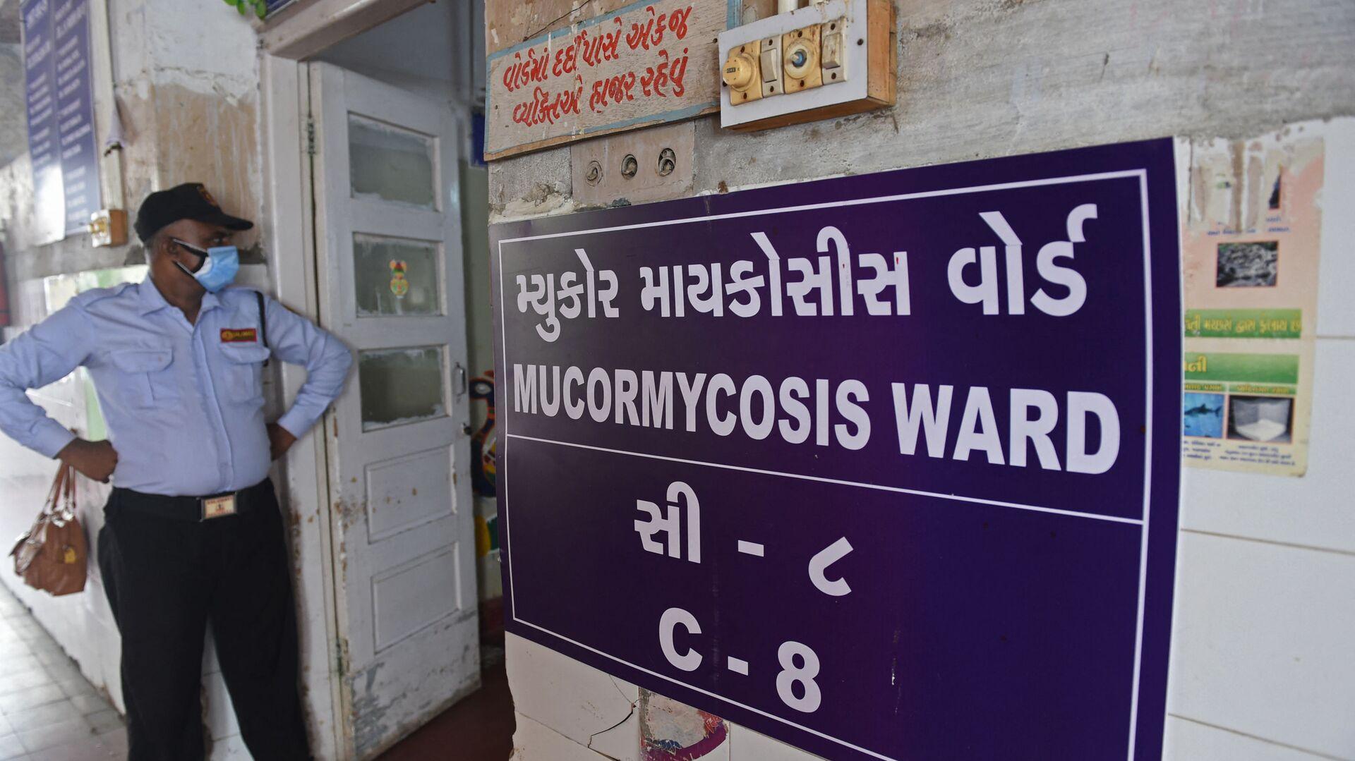 Stráž stojí u vchodu do oddělení pro lidi infikované černou plísni nebo vědecky známou jako Mucormycosis v nemocnici v Ahmedabadu, Indie - Sputnik Česká republika, 1920, 15.06.2021