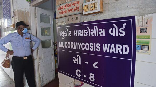 Охранник стоит у входа в палату для людей, инфицированных мукормикозом в больнице в Ахмедабаде, Индия - Sputnik Česká republika
