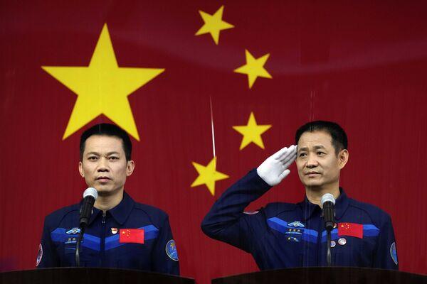 Čínští astronauti na tiskové konferenci před letem do vesmíru. - Sputnik Česká republika