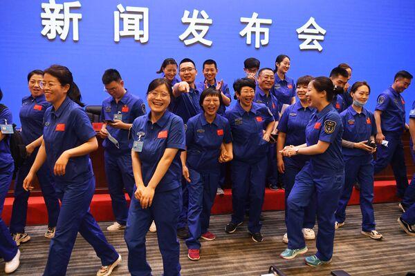 Interní zaměstnanci kosmodromu Ťiou-čchüan před tiskovou konferencí čínských astronautů. - Sputnik Česká republika