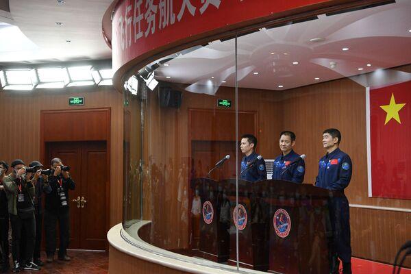 Kosmická loď Shenzhou (Šen-čou)-12 s astronauty Nie Haisheng (Nie Chaj-šeng), Liu Boming (Liou Po-ming) a Tang Hongbo (Tchang Chung-po), bude vypuštěna ve čtvrtek dopoledne v 9.22 hod. - Sputnik Česká republika