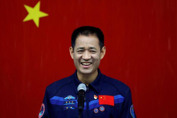 Čínský astronaut Nie Haisheng (Nie Chaj-šeng) mluví na tiskové konferenci s novináři o nadcházející misi Shenzhou-12 zaměřené na stavbu čínské vesmírné stanice. - Sputnik Česká republika