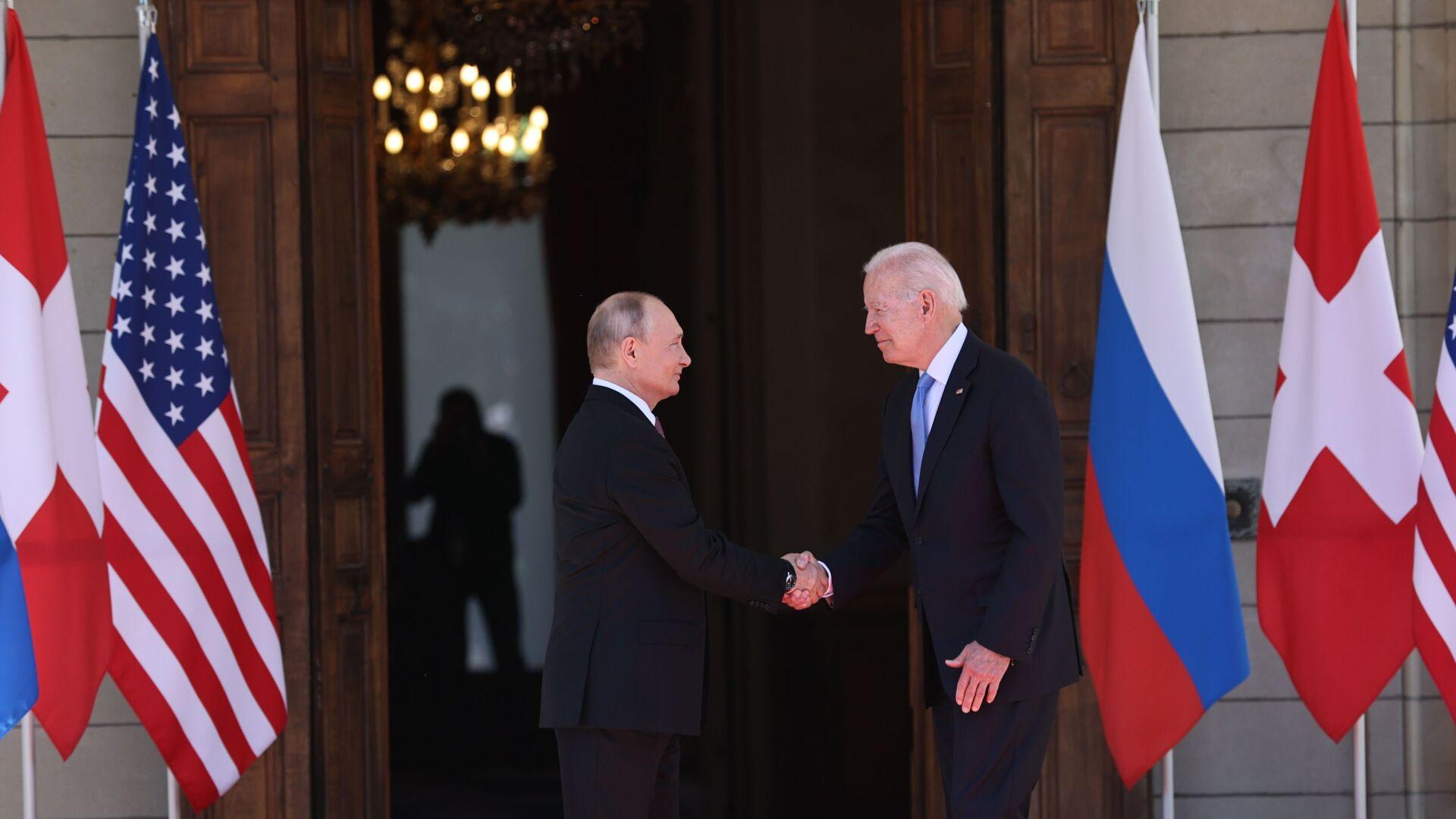 Prezidenti Putin a Biden před vchodem do vily v Ženevě - Sputnik Česká republika, 1920, 29.06.2021