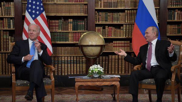 Президент РФ Владимир Путин и президент США Джо Байден во время встречи в Женеве на вилле Ла Гранж - Sputnik Česká republika